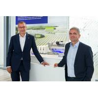 Andreas Schell (left), CEO of Rolls-Royce business unit Power Systems, and Dr. Uwe Lauber (right), CEO of MAN Energy Solutions, have signed a Memorandum of Understanding to collaborate on mýa, the open asset-and-fleet-management-system. (Photo: MAN Energy Systems)