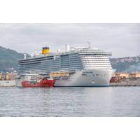 Costa Smeralda loads LNG fuel from the bunkering vessel Coral Methane in the port of La Spezia. (Photo: Costa Cruises)