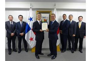 Ambassador Diaz of Panama presents the certificate (Photo: K Line)
