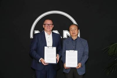 (From left) Bjarne Foldager – Senior Vice President, Head of Two-Stroke Business at MAN Energy Solutions and Yong Lae Shim, Vice President of SHI Ship and Offshore Research Institute (Photo: MAN ES)