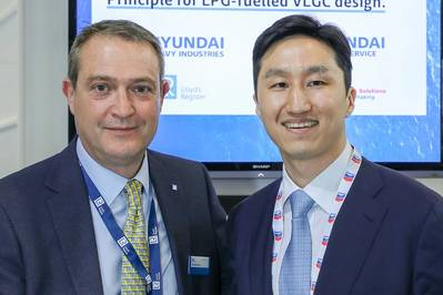 David Barrow, LR Commercial Director – Marine & Offshore presenting the AiP to Kisun Chung, Deputy COO in Group Ship/Offshore Marketing of HHI and CEO in Hyundai Global Service at Gastech (Photo: LR)