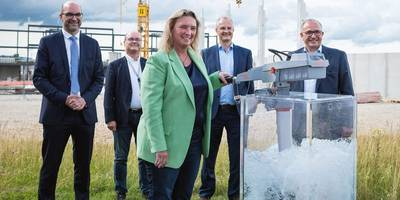 Kerstin Schreyer tests out the best-selling Travel 1103 at the new Torqeedo headquarters on the Air Tech Campus. Also pictured, from left to right: Michael Kiessling, Dr. Michael Rummel, Dr. Ralf Plieninger and Michael Wellenzohn. (Photo: Torqeedo)