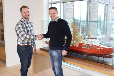 Yxney Maritme CEO Gjord Simen Sanna and SolstadFarstad Environmental Engineer Svein Erik Isaksen seal the MarESS deal.