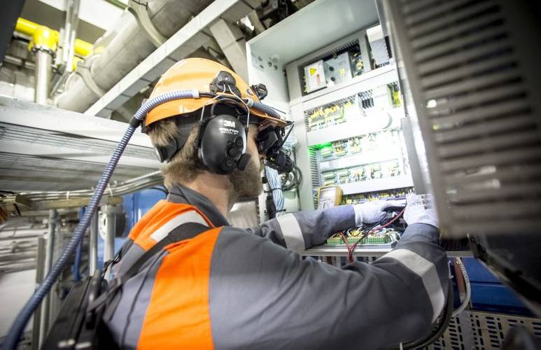 The agreement includes Wärtsilä's new Virtual Service Engineer (VSE) concept, which involves technical advisory service supported by a remote visual connection and augmented reality technology. (Photo: Wärtsilä)