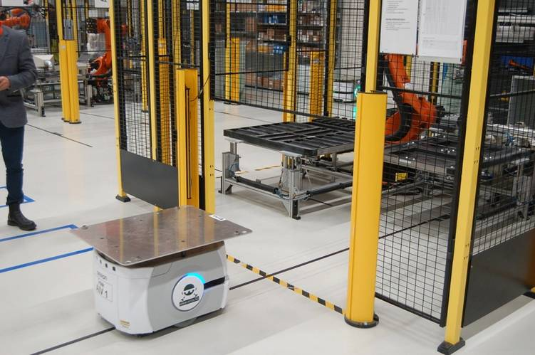 Amazon-style: provider robots service the robot assembly team. Credit: William Stoichevski